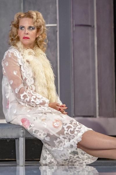 2 июня народная артистка России актриса Алена Яковлева отмечает день рождения.